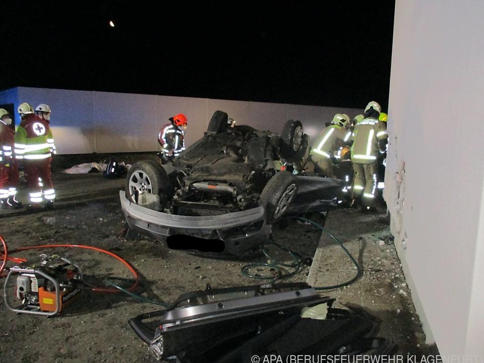 Der Wagen kam auf dem Dach zum Liegen