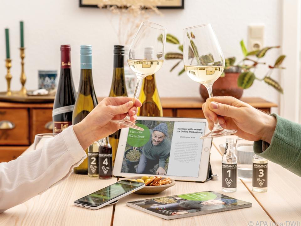 Die Online-Weinproben sind in der Pandemie populär geworden anstoßen wein reben sym