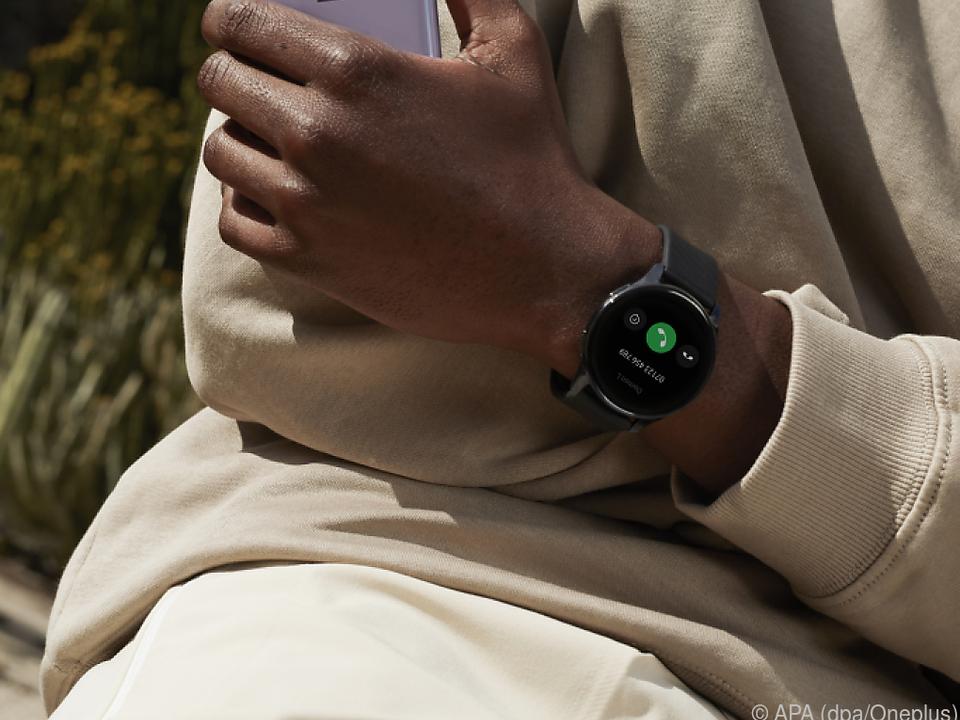 Die Smartwatch hat Sensoren für Puls- und Blutsauerstoffmessung