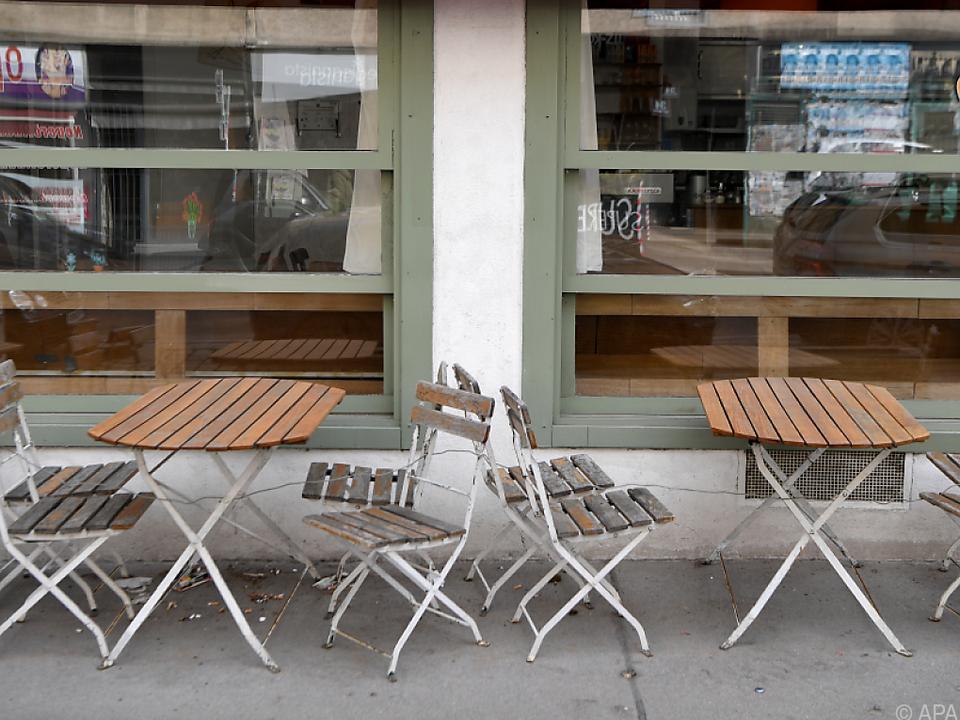 Ein geschlossener Schanigarten vor einem Lokal in Wien