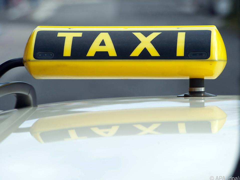 Ein Taxi-Schild am Dach eines Autos