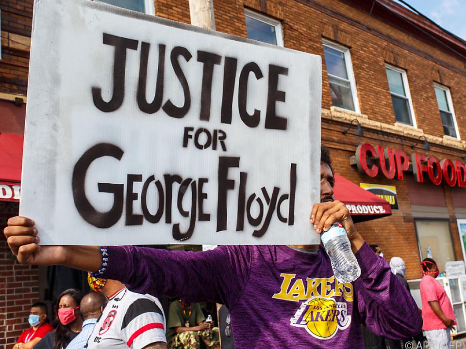 Gerichtsprozess von Protesten für Gerechtigkeit begleitet