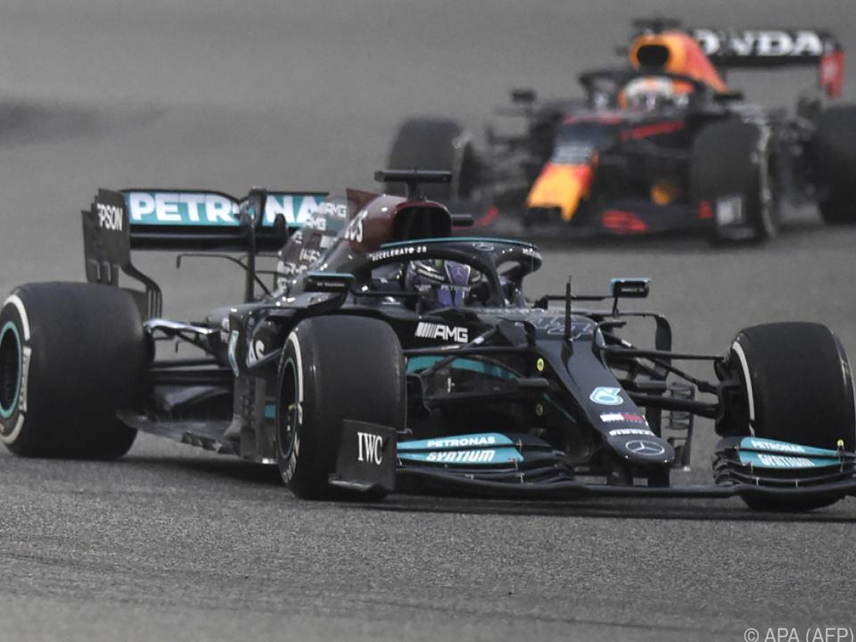 Hamilton verfolgt von Verstappen im Grand Prix von Bahrain
