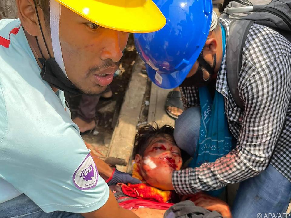 Hilfskräfte versorgen einen angeschossenen Demonstranten in Myeik