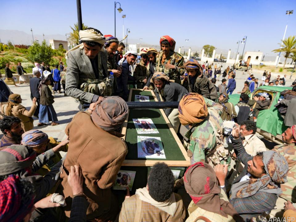 Houthi-Kämpfer am Sarg eines Gefallenen