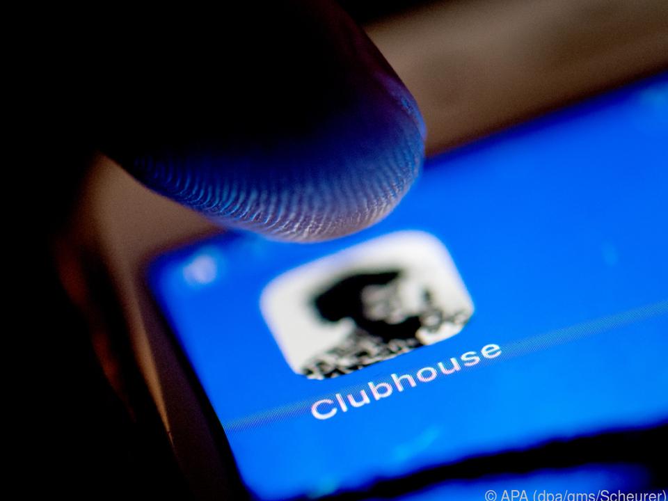 In Clubhouse kann man nun Leute einladen, indem man ihre Nummer eintippt