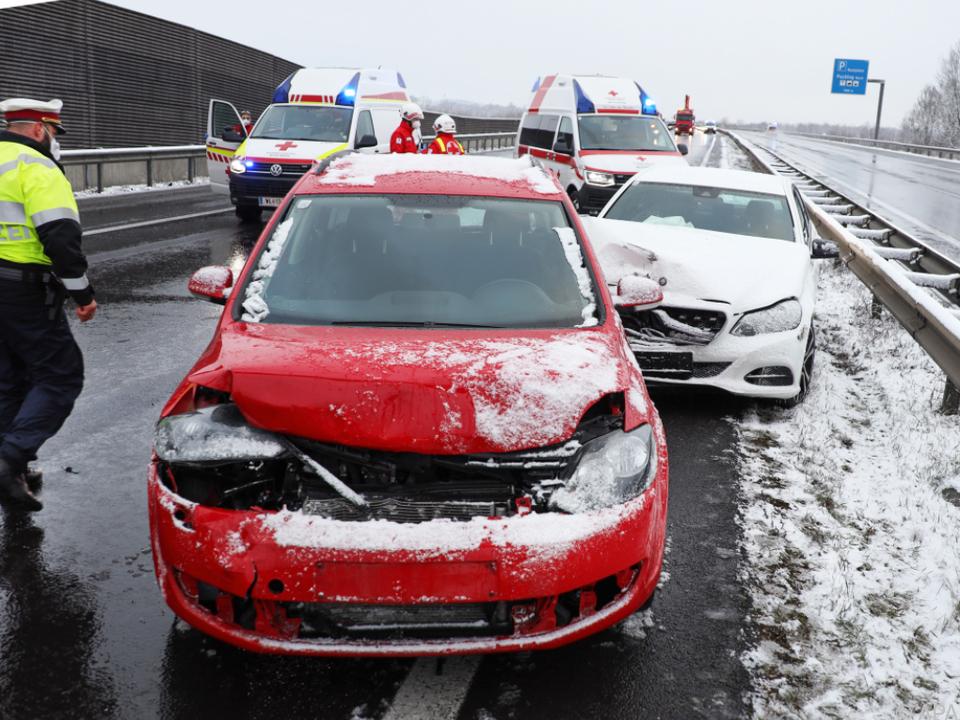 Insgesamt waren 34 Fahrzeuge in den Unfall verwickelt