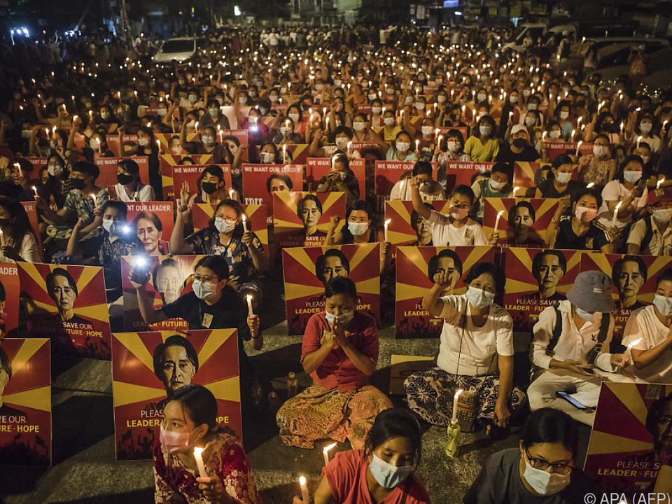 Junta beantwortet Menschenmeere für Demokratie mit Gewalt