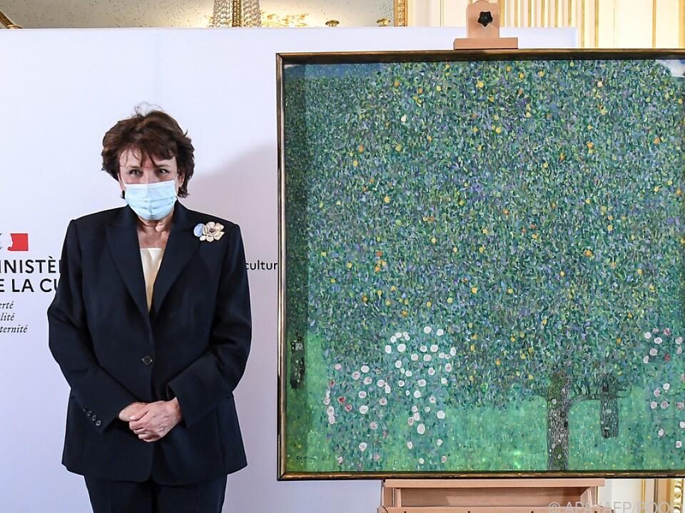 """Kulturministerin Roselyne Bachelot mit dem  Klimt-Gemälde """"Rosen unter Bäumen"""""""