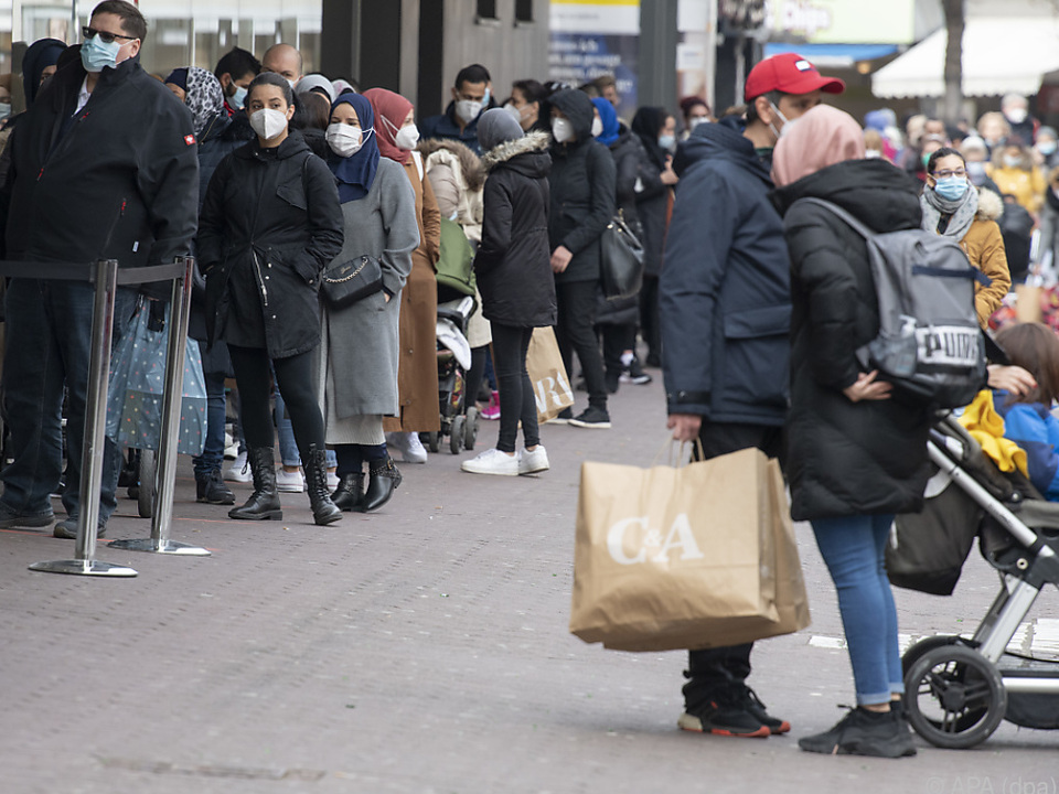 Nur teilweise Schlangen vor wiedergeöffneten deutschen Geschäften