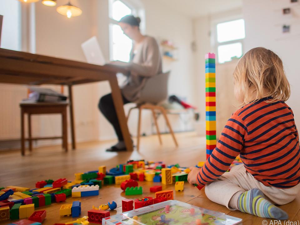 Österreicher mit Homeoffice zufrieden arbeit eltern kinder spielzeug lego sym laptop
