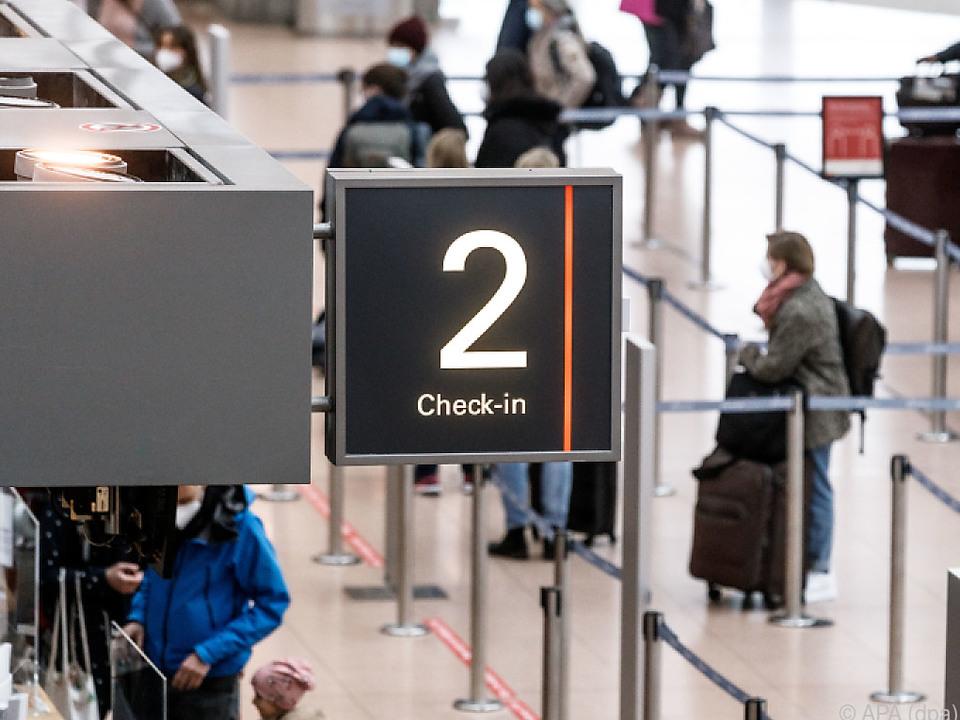 Passagiere checken für Mallorca-Flug ein