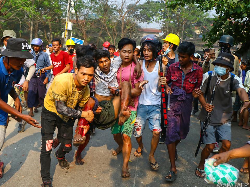 Polizei geht mit immer heftigerer Gewalt gegen Protestierende vor