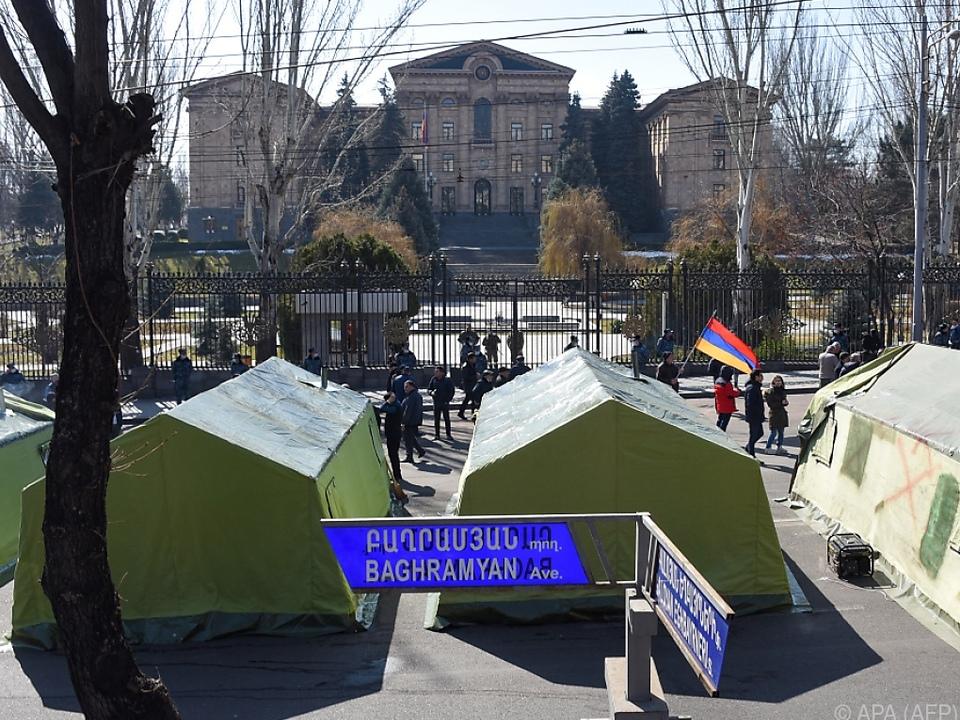 Regierungsgegner haben sich vor dem Parlament eingerichtet