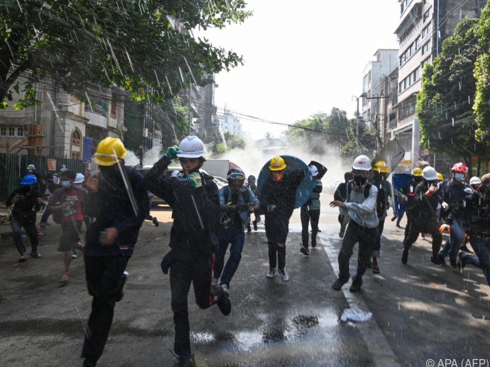 Sicherheitskräfte setzten Tränengas und Wasserwerfer ein