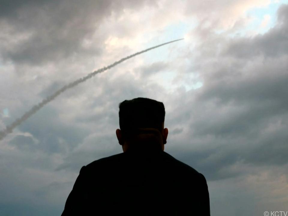 Staatschef Kim Jong Un lässt Raketen fliegen