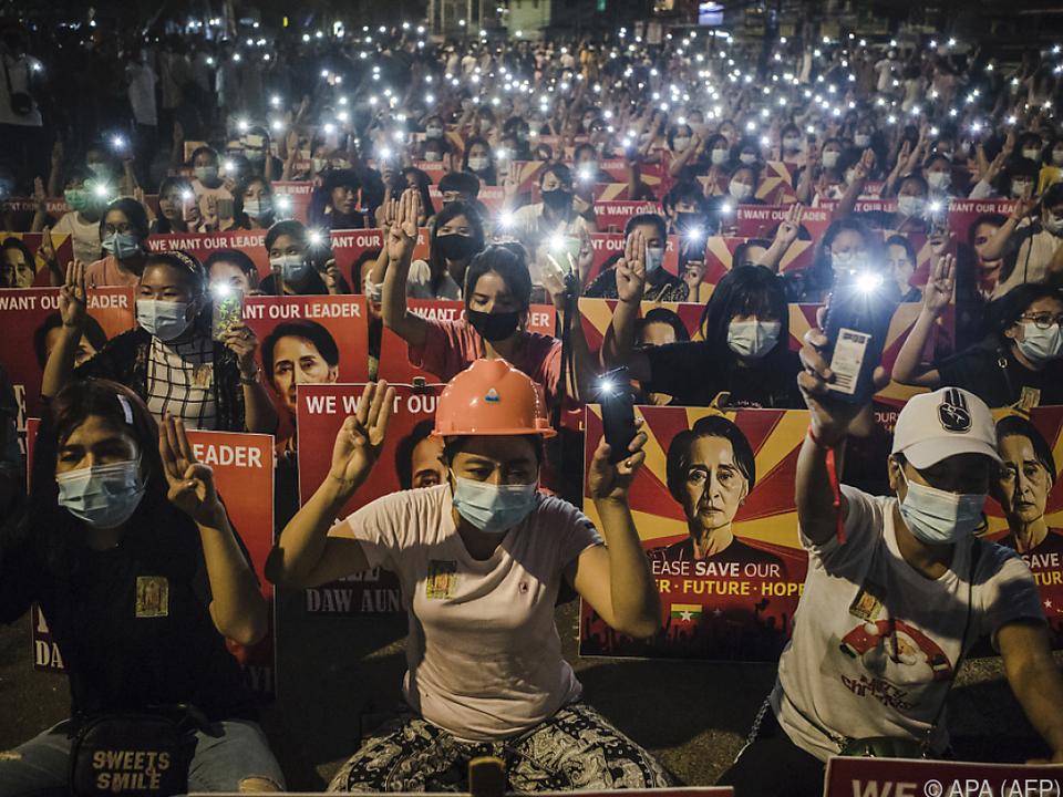 Tausende fordern Freilassung von Aung San Suu Kyi