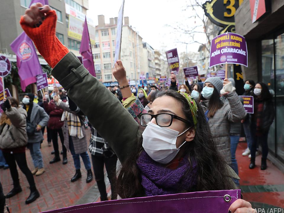 Türkische Frauen demonstrieren gegen Ausstieg aus Europarats-Abkommen