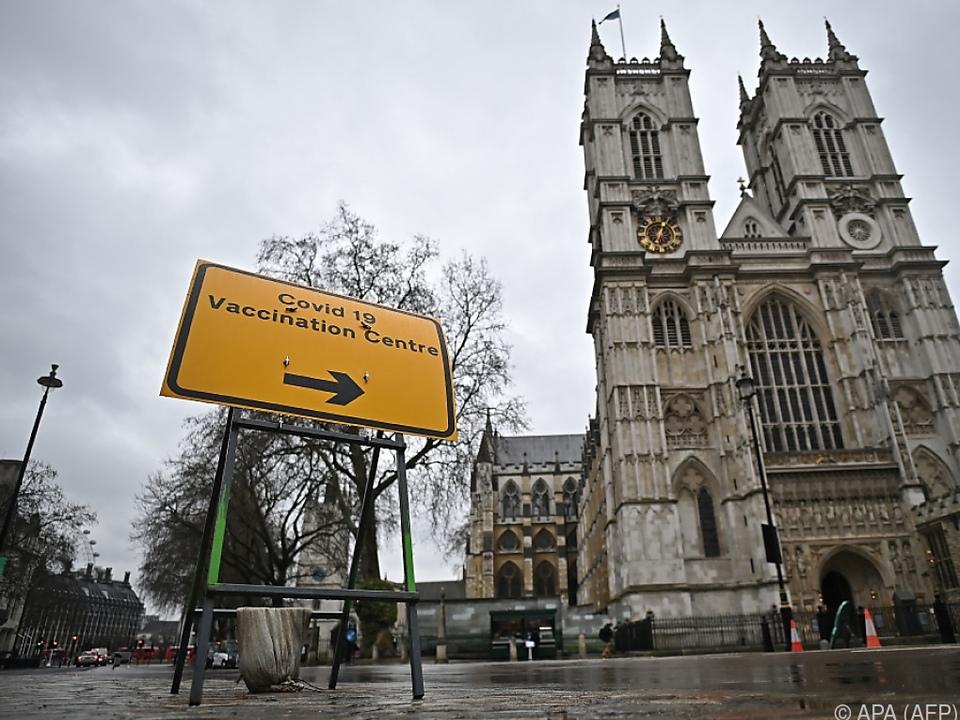 Wegweiser zu einem Impfzentrum in London