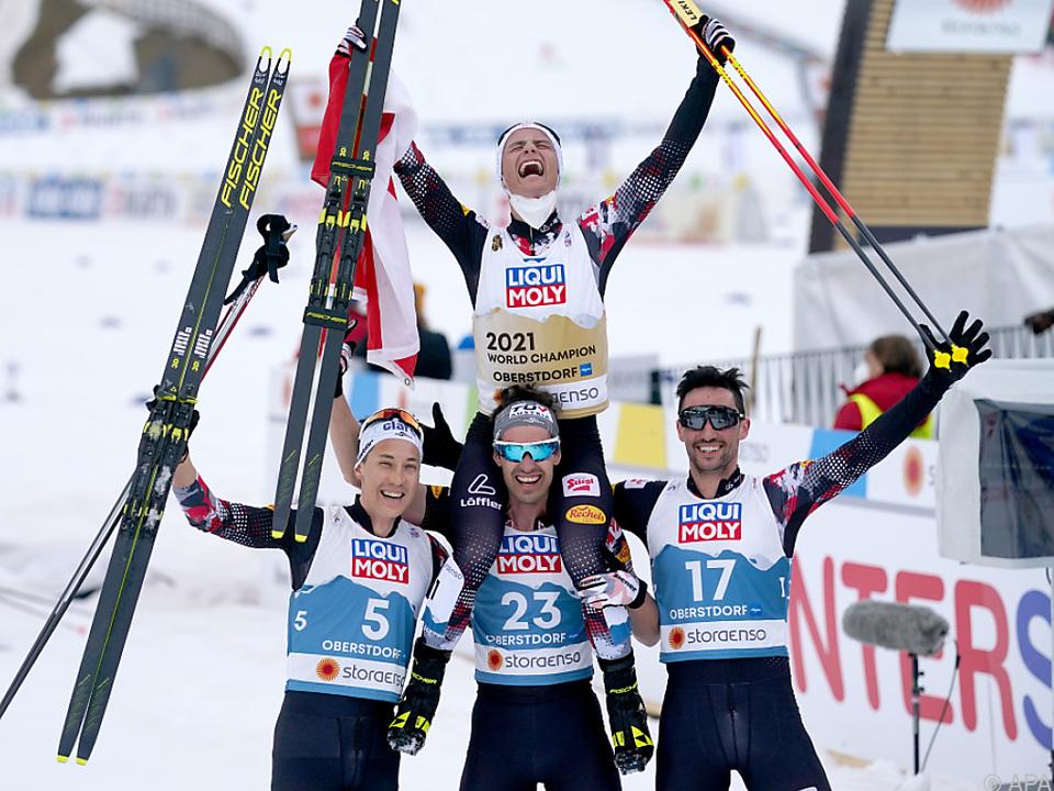 Weltmeister Johannes Lamparter von seinen Teamkollegen geschultert