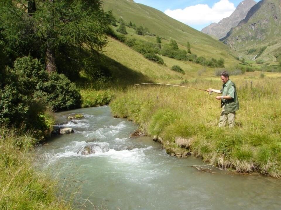 Über 380 Kandidatinnen und Kandidaten wollen in Zukunft in Südtirol fischen und können im Mai zur Fischerprüfung antreten. ( sym 1104045_Fischer