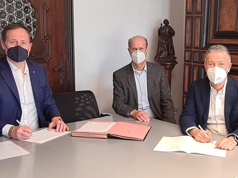 1104327_Scuola-muscia-Bressanone--sigla-convenzione--Bessone--sindaco-Peter-Brunner-Segretario-comunale-Josef-Fischnaller