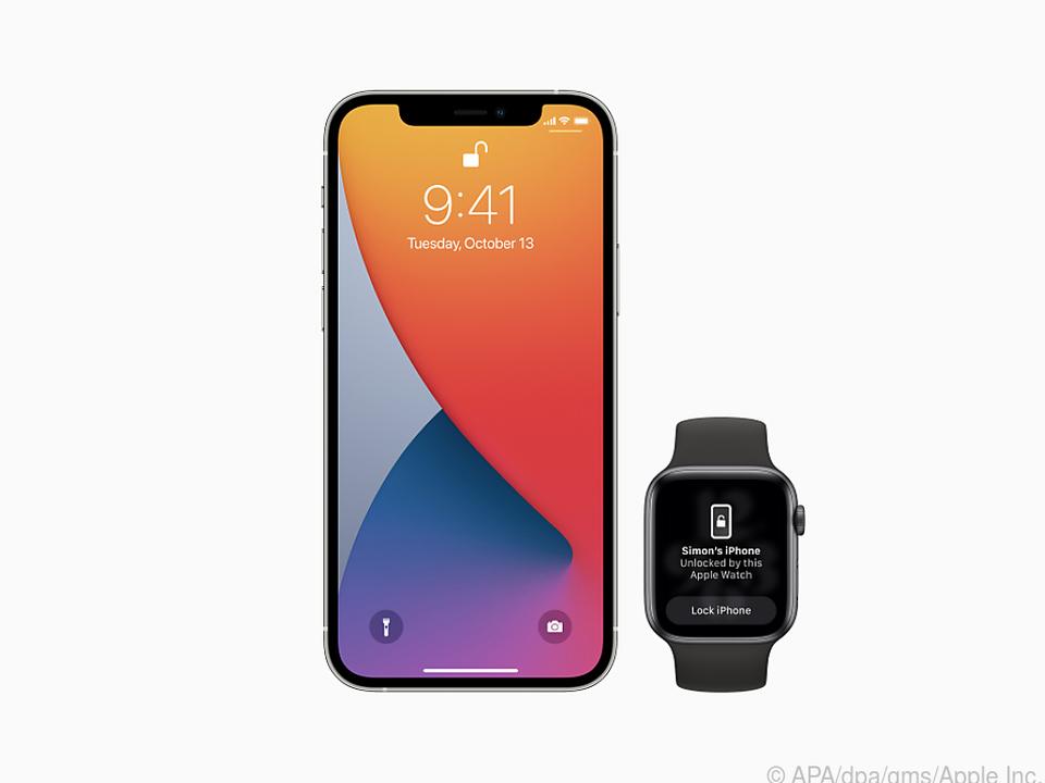 Die Apple Watch in der Nähe des iPhones erspart eine Code-Eingabe