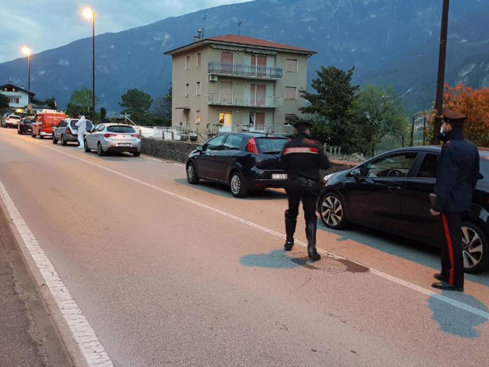 Un uomo di 44 anni di Pilcante, una frazione di Ala, in Trentino, è morto dopo essere stato colpito da un proiettile esploso dall\'arma di ordinanza di un carabiniere, 09 aprile 2021. Secondo le prime informazioni l\'uomo, un pregiudicato, non si sarebbe fermato all\'alt dei militari durante un controllo stradale. E\' quindi scattato un inseguimento e il 44enne si è dileguato. I carabinieri sono comunque riusciti a risalire alla sua abitazione e si sono presentati alla porta: l\'uomo li avrebbe accolti impugnando un\'accetta e poi si sarebbe scagliato sull\'auto e sui militari. In questo frangente uno dei carabinieri ha esploso un colpo che l\'ha ucciso., athesiadruck2_2021040922061148_5f22c72a834e8cf7a00ecb9ef4745db1