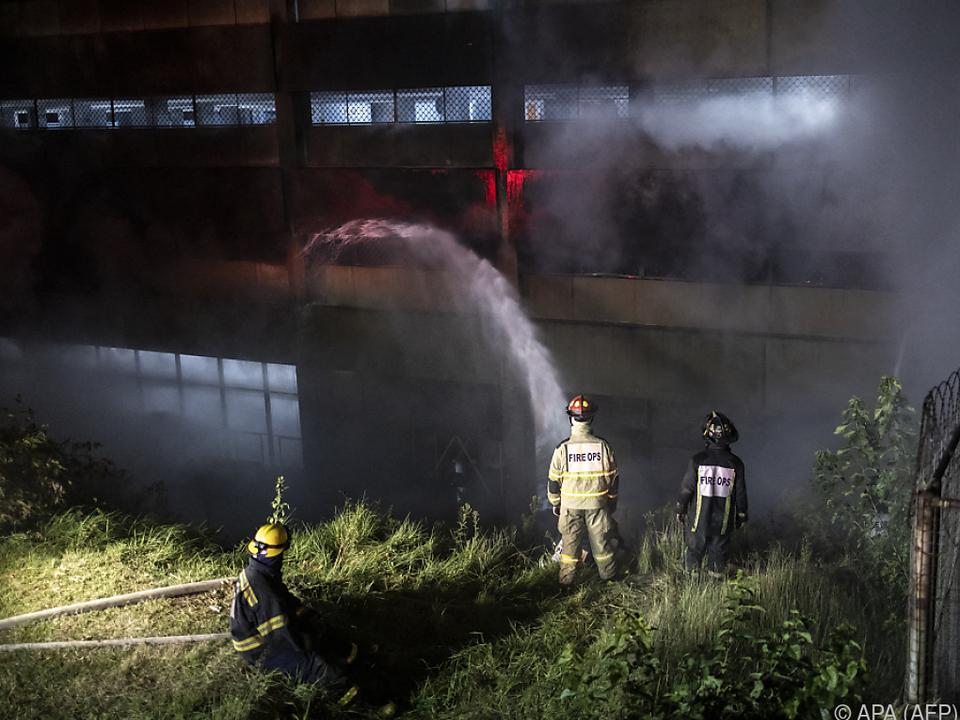 Brandbekämpfung dauert schon über 16 Stunden