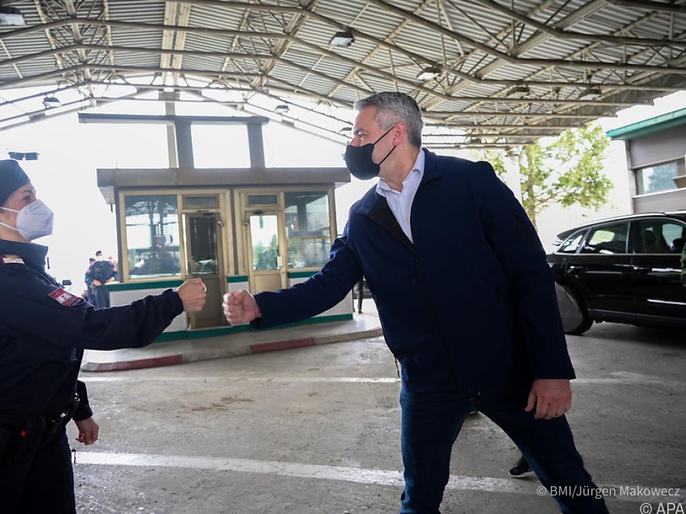 Der Innenminister an der nordmazedonisch-griechischen Grenze