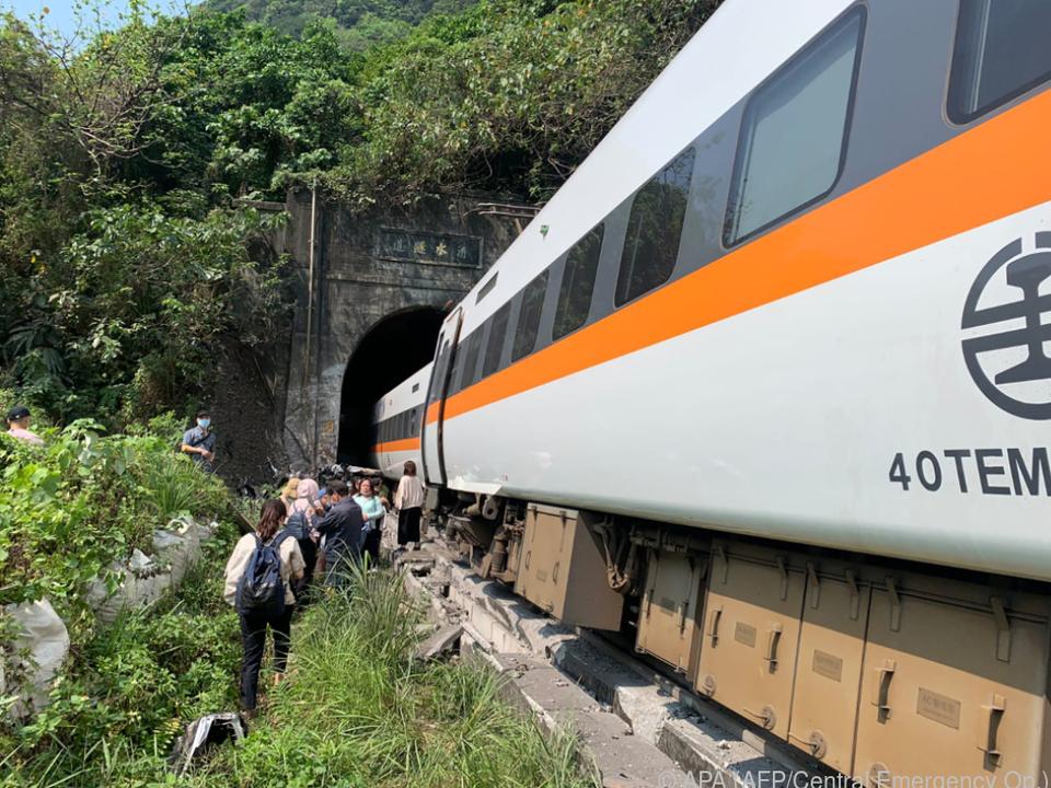 Der Zug entgleiste im Tunnel
