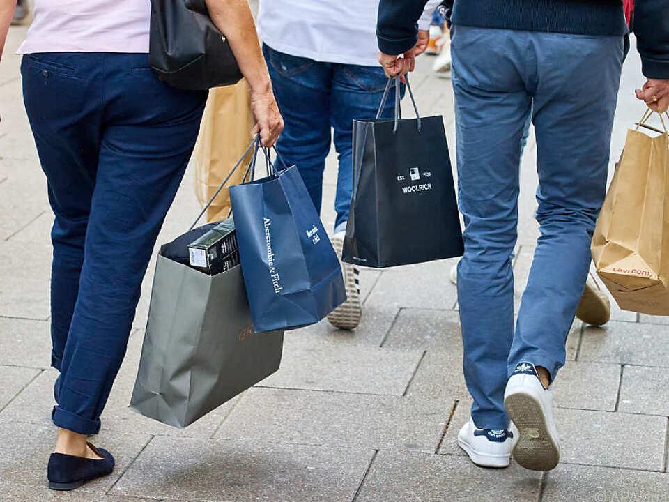 Die Griechen dürfen unter großen Auflagen wieder shoppen