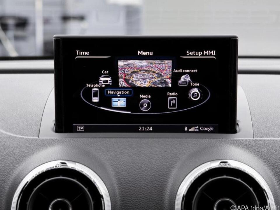Ein Auto sammelt Daten, wenn ein Smartphone mit dem Infotainment-System gekoppelt wird