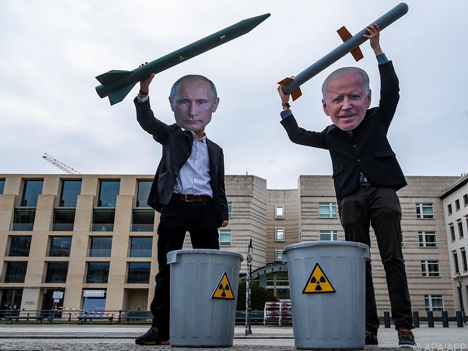 Friedensaktivisten mit Masken der Präsidenten