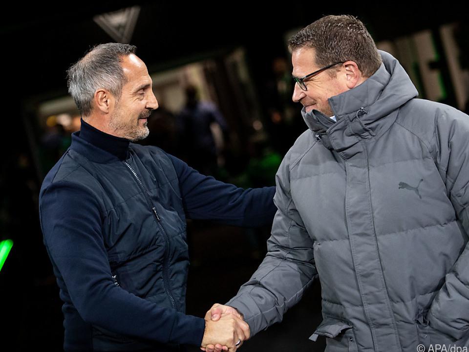 Gladbach-Sportdirektor Eberl (r) begrüßt Hütter als neuen Trainer