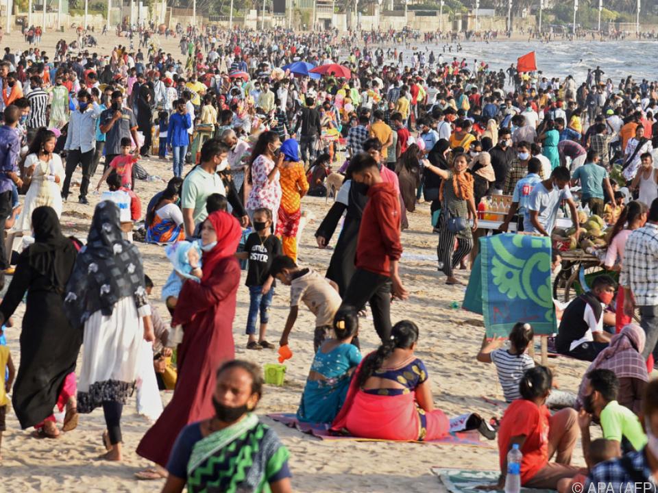 Inder trotz Pandemie auf engstem Raum am Strand
