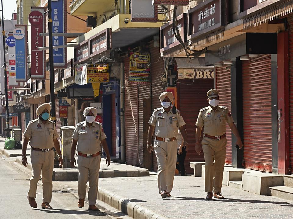 Indische Polizisten kontrollieren Lockdown-Maßnahmen