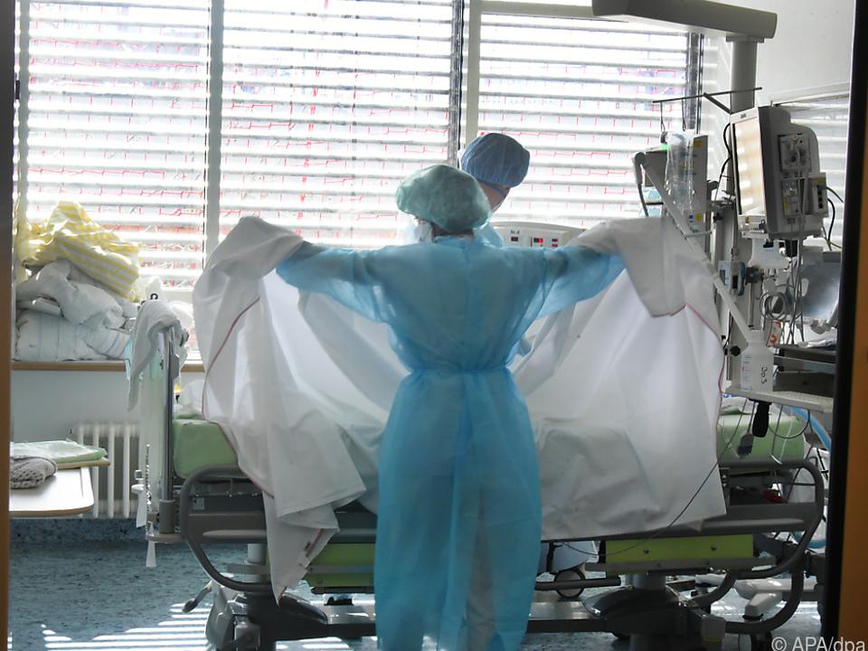 Mehr als 1.800 Covid-19-Infizierte müssten im Spital behandelt werden
