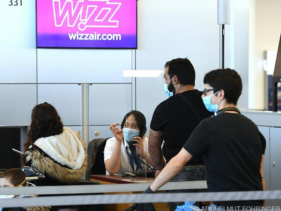 Passagiere checken in Pandemiezeiten bei Wizzair in Wien-Schwechat ein