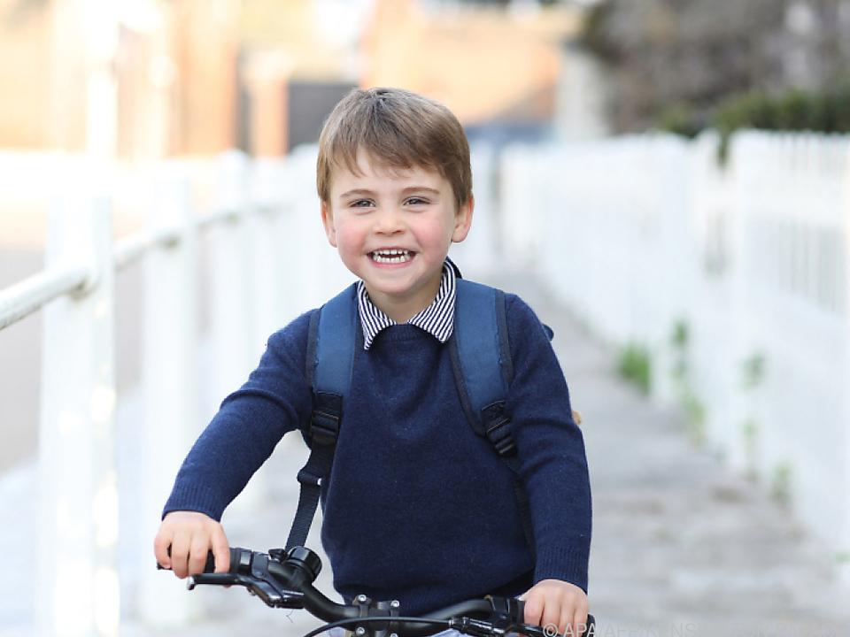 Prinz Louis hat viel Spaß auf seinem roten Laufrad