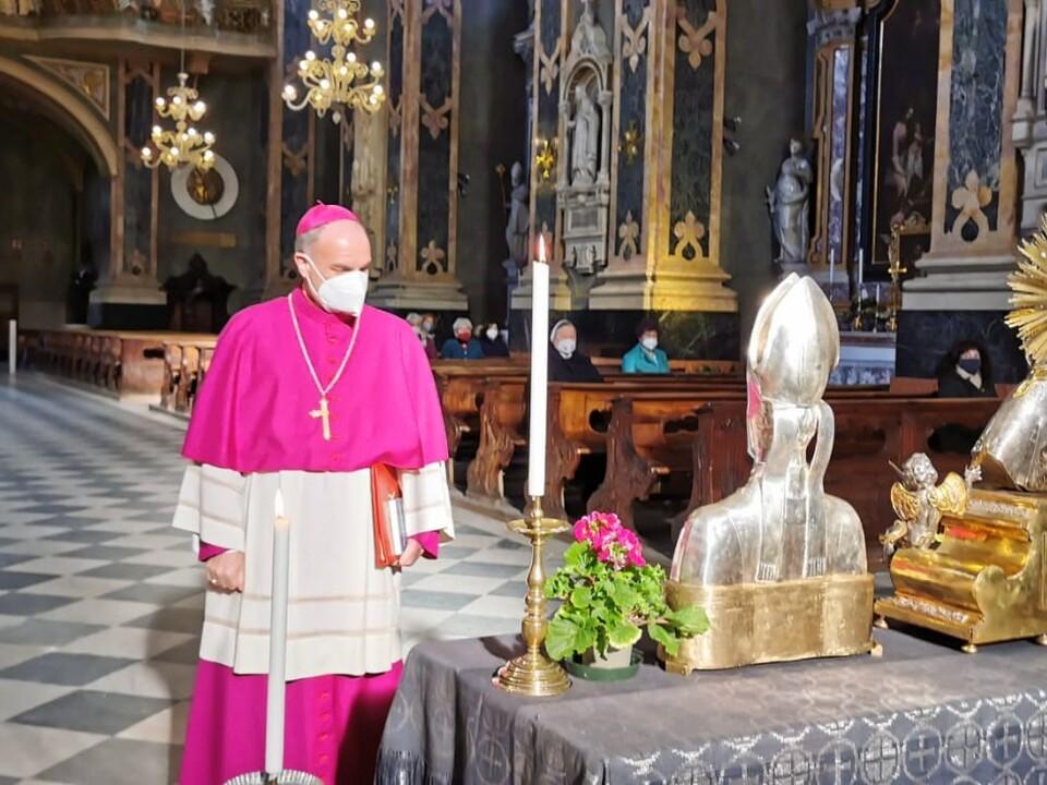 Reliquien Bischof Ivo Muser vor den heiligen Reliquien und das Hochfest im Brixner Dom