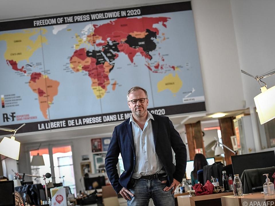 RSF-Generalsekretär Deloire vor der Pressefreiheits-Karte