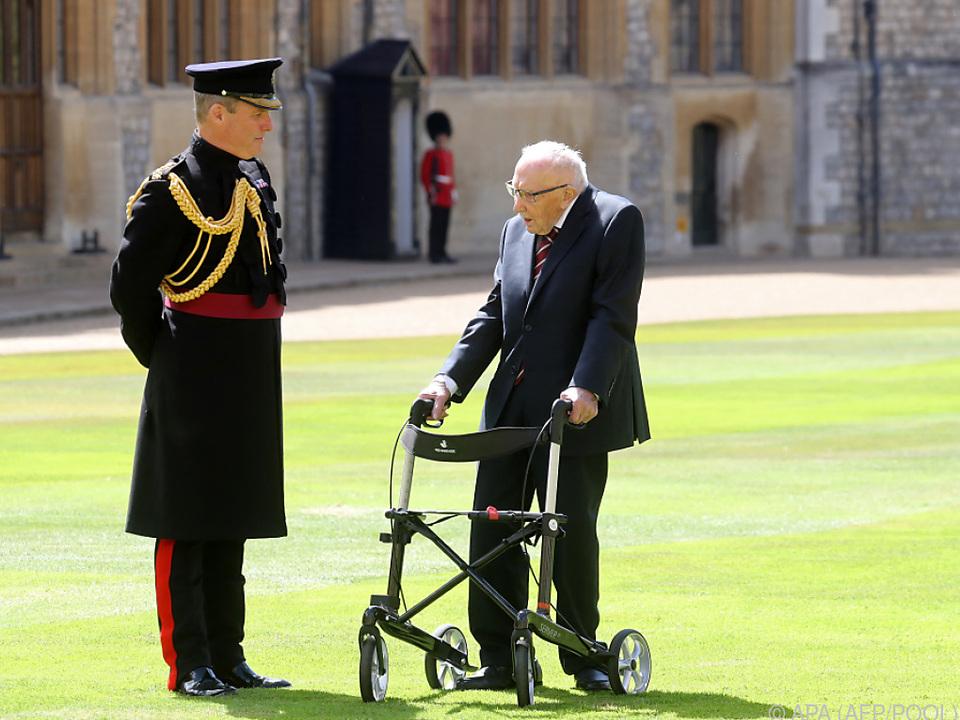 Tom Moore begleitet die Briten posthum mit einem Buch
