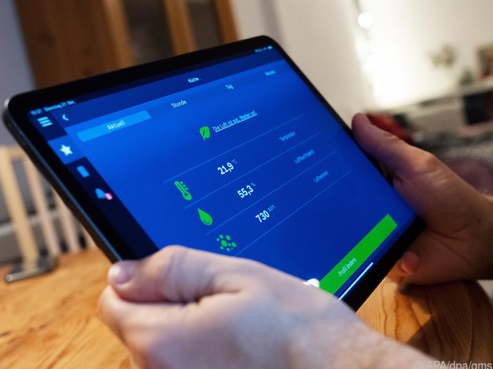 Über das Tablet können Bewohner die Luftqualität im Raum steuern