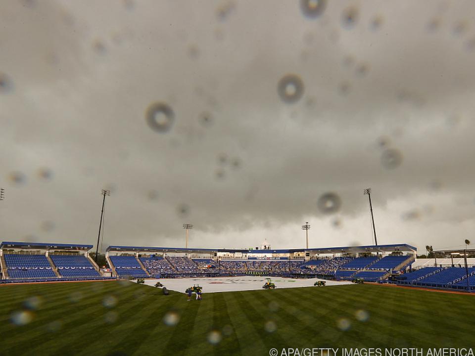 Über einem Baseball-Stadion in Florida hat es sich zusammengebraut