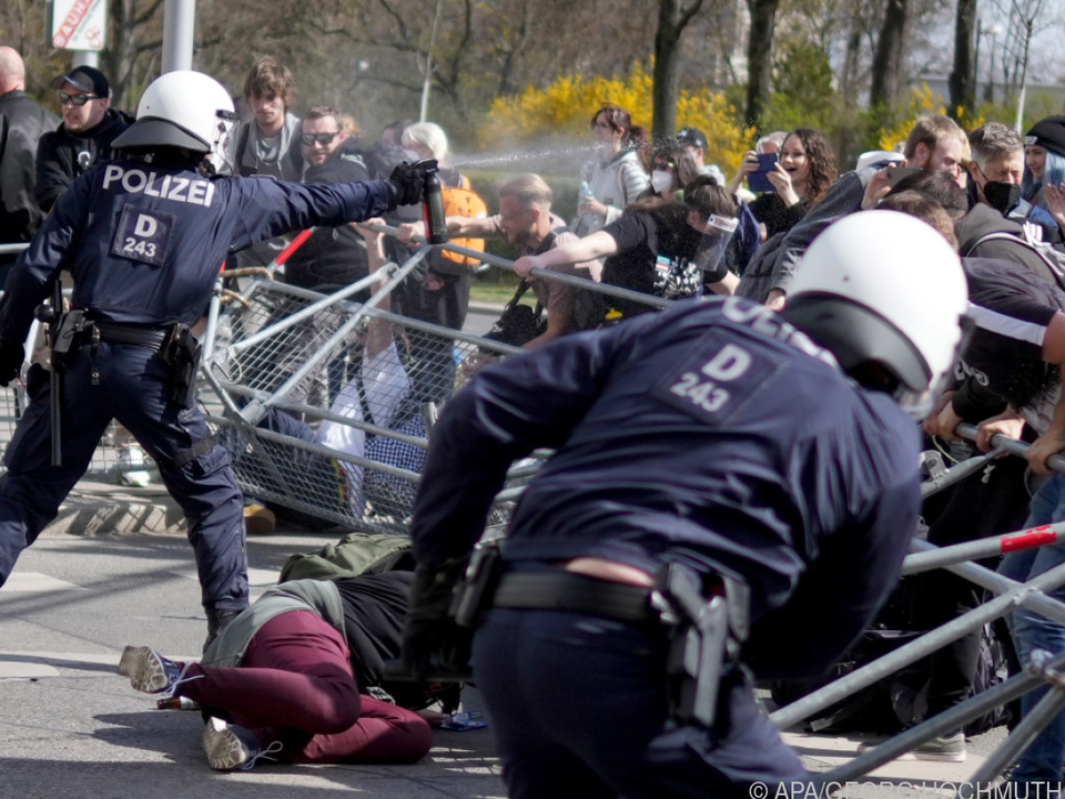Zusammenstöße von Polizisten und Demonstranten