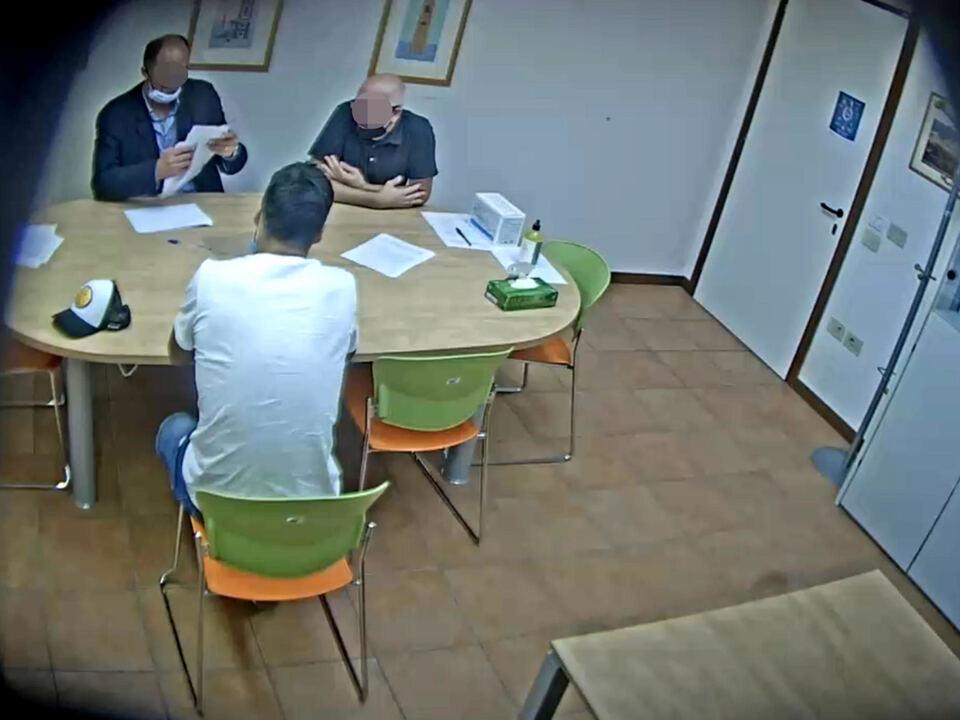 Un frame dell\'esame per la conoscenza dell\'italiano sostenuto all\'Università per Stranieri di Perugia dal calciatore Luis Suarez. Il frame è tratto da un video realizzato con una microtelecamera nell\'ambito dell\'indagine condotta dalla procura del capoluogo umbro e ora tra gli atti depositati dopo l\'avviso di conclusione indagini agli ex vertici dell\'Ateneo. athesiadruck2_20210502194406231_64479609cd0a02aaf76eef0ba4cb5619