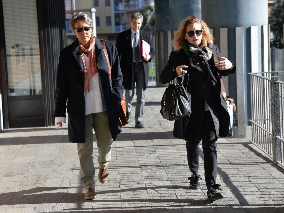 Marzia Corini (S), sorella dell\'avvocato Marco Valerio Corini, morto nel settembre 2015 a La Spezia, e il suo avvocato Anna Francini (D), 18 febbraio 2016 a La Spezia. La donna è agli arresti domiciliari con l\'accusa di aver procurato la morte del fratello, malato di cancro, con una iniezione di anestetico. . athesiadruck2_20210518200204862_8c073d836c815879e5f4c85719c8e4bf