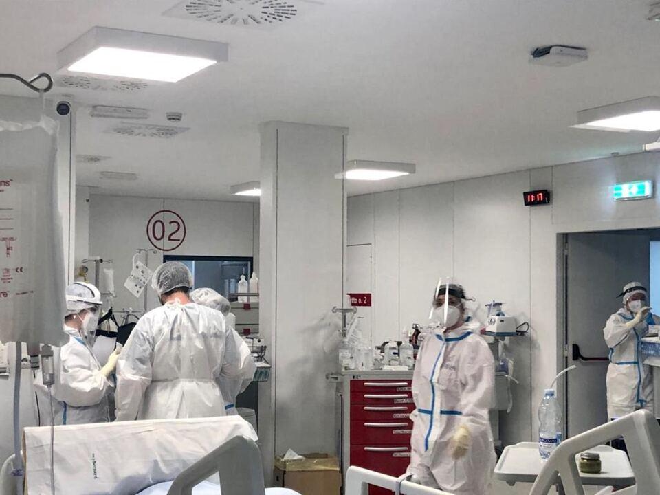 Infermieri al lavoro nell\'ospedale Covid allestito in spazi Fiera Levante a bari, athesiadruck2_20210519193958688_0284c01497507fa8e4102fb5bde4a538