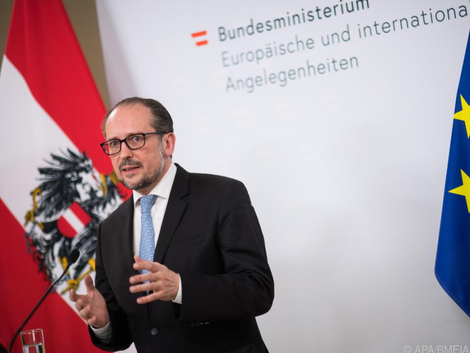 Außenminister Schallenberg verteidigt seine Fahnenaktion